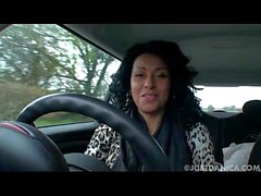 Danica Collins (Donna Ambrose) spelar i bil