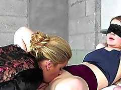 Cougar Parmaklar Ve Licks Stepdaughters Pussy