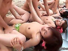 Corneo fottuto Di gruppo su una spiaggia
