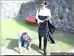 Cara mais velho é treinado como um cão part2