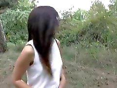 Hermana de paso de 19 años en bosque con hermano de paso