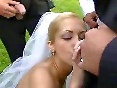 Noiva em foda público após o casamento