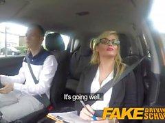 Fake Driving School Учащиеся нервов успокаиваются трахающим горячим блондинным экзаменатором