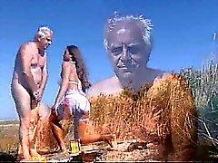 Adolescentes Chicas tiene sexo con Oldman y en la playa de