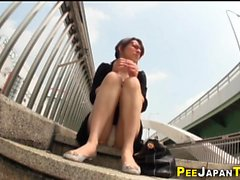 Asian babe faz xixi em público
