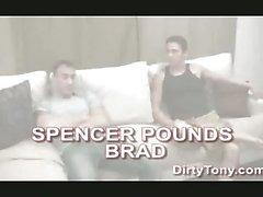 Spencer spinge cazzo in il culo chiodini a testa laterali