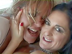 Le lesbiche stravaganti nel sexy ingranaggio scopata sullo strato con un giocattolo di