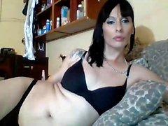 Große Brüste Transe Kate solo Masturbation auf dem Bett