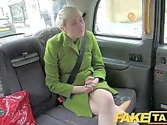 FakeTaxi - Lady reçoit deux offres spéciales fesses en une seule journée