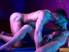 Muscle gay förföra och creampie