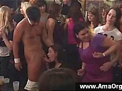 Party flickor på ett mycket stort parti turas sugande Strippor kuk