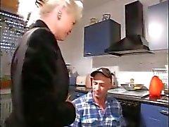 Geile blonde oma blaast de reparateur en wordt geneukt in de keuken