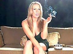Blond MILF rökning