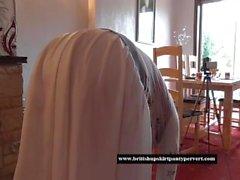 dona de casa britânica caseira levanta a saia e mostra calcinha de algodão vermelho apertado