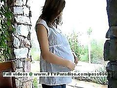 Wendy esmer hamile bir kız yalın almak ile oynarken