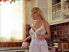 Blonde Duitse volwassen met enorme tieten eet lul en krijgt genageld