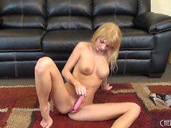Hoikka blonde Jana Jordaniassa katsoo comfort ja iloa pinkki dildon