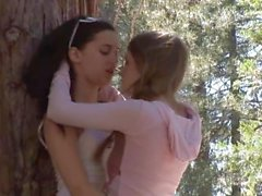 Faye Reagan y Georgia Jones sexo en el bosque
