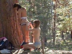 Оленька и Грузии Джоунз пол в лес