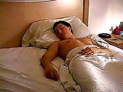 En kille låg och sov när han attackerades av en bandit och uppbundna