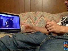 Un voyou maigre se branle en regardant du porno sur internet