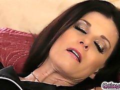 Megan besa los muslos de la India y le lame el coño