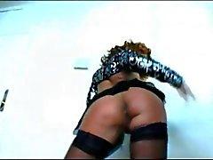 Похотливая зрелая телка в черных чулках желает свой хуй