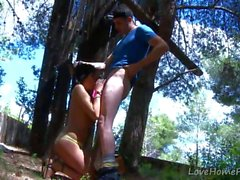 Cute Brunette Finds legno duro Nel Forest.mp4