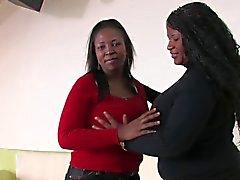 Le MILF noire L'allaitement maternel
