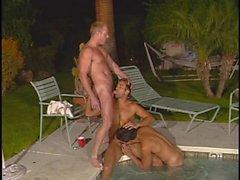 Goujons Gay déchirent dans bain à remous