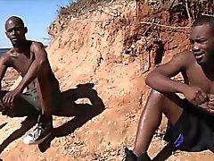 Heta afrikansk killar har särskilt allvarliga homosexuella kön i solen