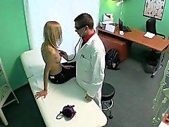 Des patients petite blonde se masser par à son médecin