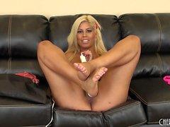 Büyük baştankara Bridgette B onu klitorisini oynuyor ve göğüslerini kamerada gösteriyor