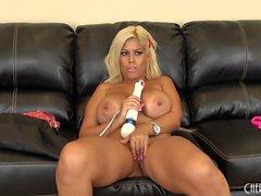 Huge Tit Hottie Bridgette B Spielzeug ihre Klitoris und zeigt ihre Brüste auf Cam