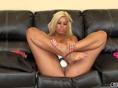 Enorme tit Hottie Bridgette B giocattoli il clitoride e mostra le sue tette in cam