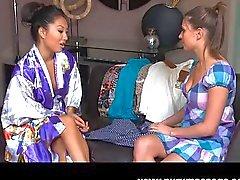 Asa Akira lesbisk massage