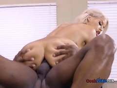 El paciente Busty Bridgette B consigue Pleasured por el doctor