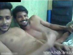 Ragazzi indiani divertirsi in camma