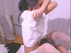 Um jovem rapaz plantou uma enfermeira em ambos os buracos