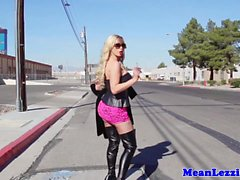 Nikki Benz получит свою киску страпоном трахают