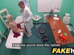 Fake Hospital Horny doctor chega uma bichinha adolescente pequena e barbeada