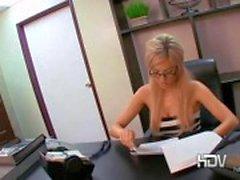 Sexig blondin sekreterare Victoria Vit leker med hennes fitta och ger en avsugning på kontoret