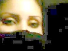 arábica menina niqab mostrando peitos grandes no carro