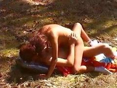 Fille poilue guillerette baisée dans le bois