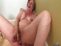 Horny домохозяйка начинается мастурбировать ее зрелой пизду на пол