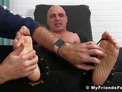 Chauve chauve aime les pieds et le corps chatouiller par un mec plus âgé