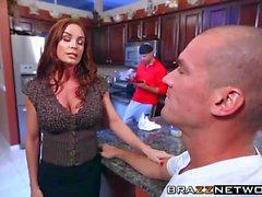 Espetacular de MILF Diamante Foxxx ter sexo violento em uma cozinha