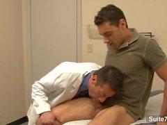 Lusty doktor får bekänt av dennes bög patient i arbete som
