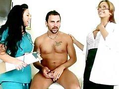 Médecin et adjoint descendre sur des patients de Dick