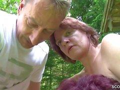 Jungspund darf Mutti und Tante im Garten ficken